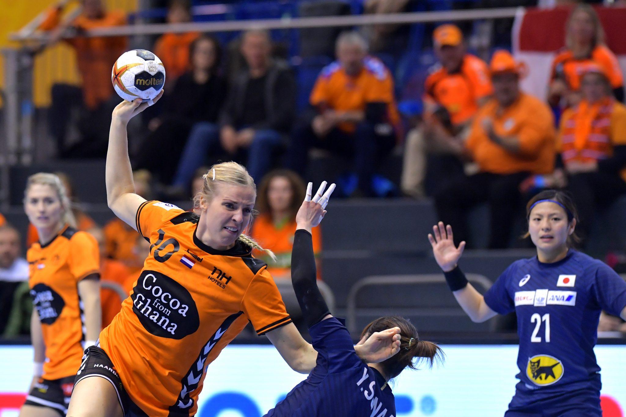 11-12-2017 HANDBAL:NEDERLAND-JAPAN:MAGDEBURG WK Handbal Dames 2017 1/8 Finales, Nederland - Japan Danick Snelder #10 NED  Foto: Henk Seppen