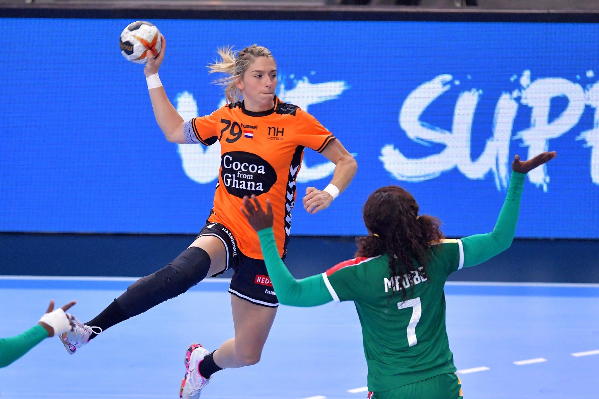 5-12-2017 HANDBAL:NEDERLAND-KAMEROEN:LEIPZIG WK Handbal Dames 2017 Nederland - Kameroen Estavana Polman #79 NED  Foto: Henk Seppen