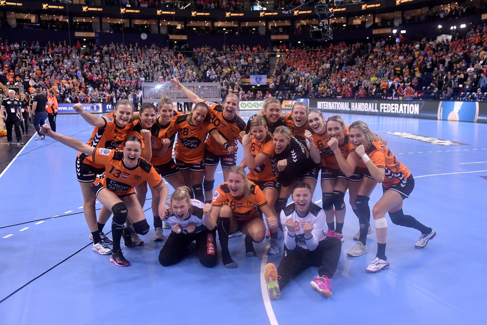 17-12-2017 HANDBAL:NEDERLAND-ZWEDEN:HAMBURG WK Handbal Dames 2017 3/4 Plaats, Nederland-Zweden 24-21 Nederland Wint De Bronzen Medaille De Overwinningsfoto  Foto: Henk Seppen