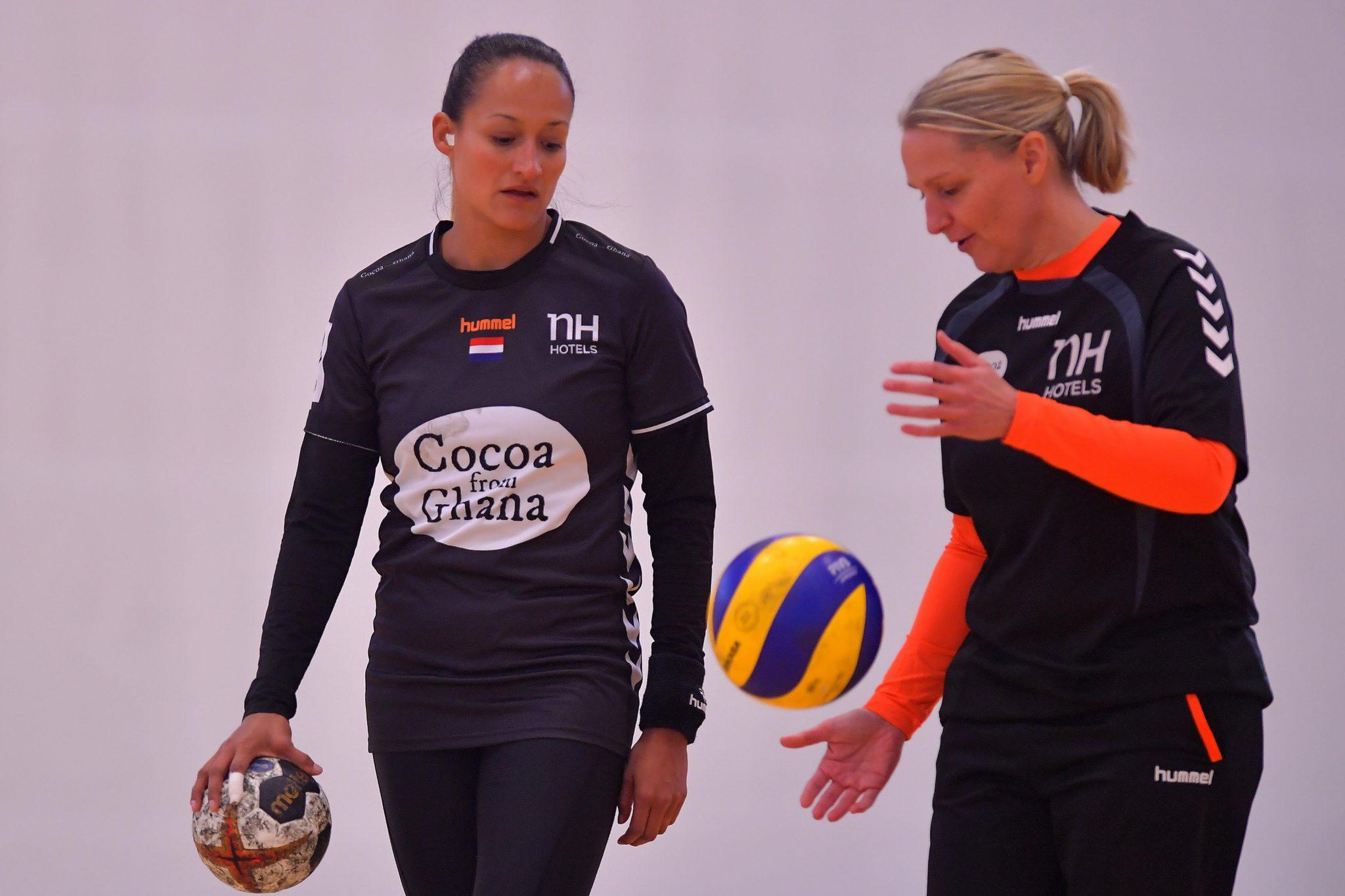 10-12-2017 HANDBAL:PERSMOMENT:MAGDEBURG Training Nederland Dames Handbalteam Pearl Van Der Wissel  Met Helle Thomsen  Foto: Henk Seppen