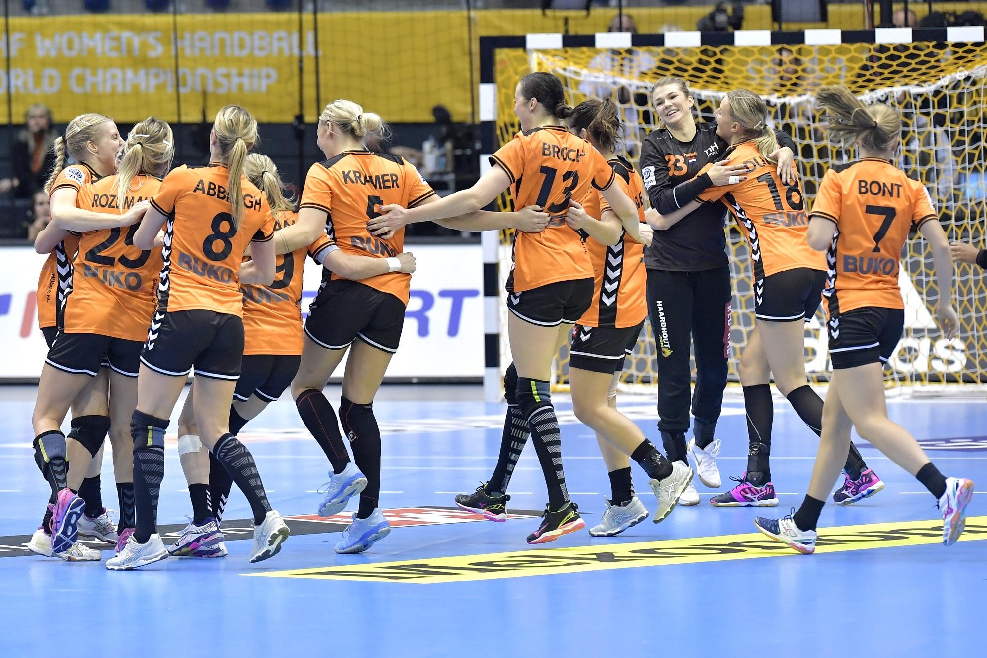 13-12-2017 HANDBAL:NEDERLAND-TSJECHIE:MAGDEBURG WK Handbal Dames 2017 1/4 Finales, Nederland - Tsjechie 30-26 Feest Na Afloop  Foto: Henk Seppen