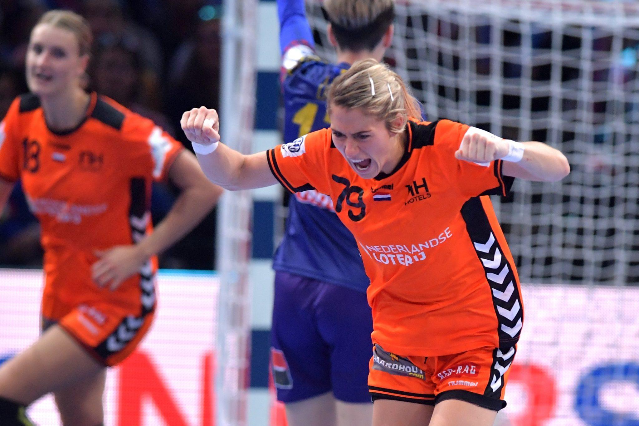 16-12-2018: Handbal: Vrouwen Nederland V Roemenie: Parijs EK Handbal In Frankrijk, 3/4 Plaats Nederland-Roemenie 24-20 Nederland Wint De Bronzen Medaille Estavana Polman #79 NED Juicht