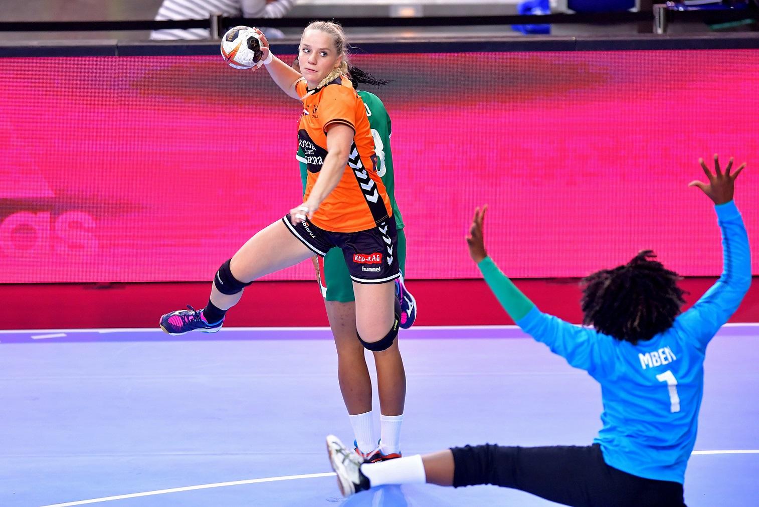 5-12-2017 HANDBAL:NEDERLAND-KAMEROEN:LEIPZIG WK Handbal Dames 2017 Nederland - Kameroen 29-22 Angela Steenbakkers #4 NED  Foto: Henk Seppen