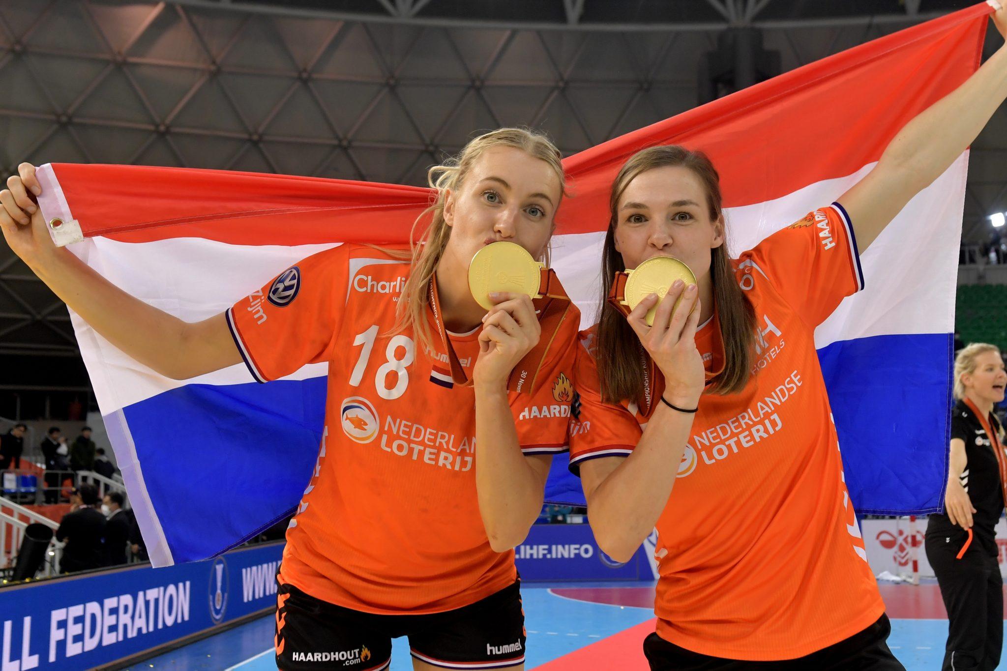 15-12-2019 HANDBAL:NEDERLAND-SPANJE:KUMAMOTO IHF Worldcup Japan, Finale Kelly Dulfer #18 NED En Inger Smits #20 NED