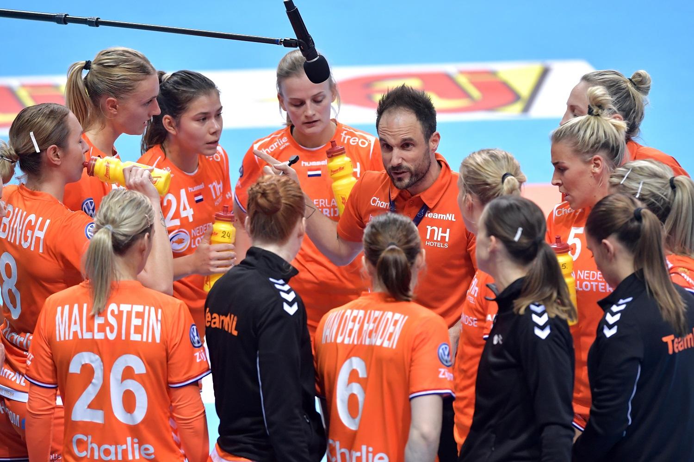 06-12-2019 HANDBAL:NEDERLAND-NOORWEGEN:KUMAMOTO IHF Worldcup Japan Nederland Wint Met 30-28 Coach Emmanuel Mayonnade Met Een Timeout