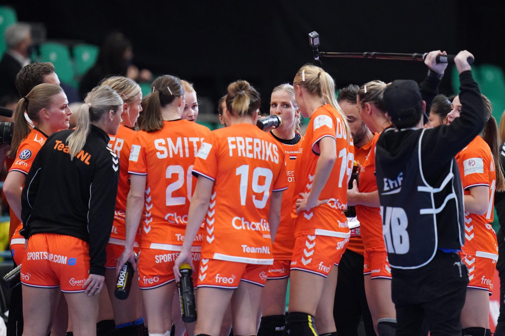 10-12-2020 HANDBAL:NEDERLAND-NOORWEGEN:KOLDEN EURO 2020 Dames EK Handbal In Denemarken Nederland-Noorwegen Danick Snelder #10 Of Netherlands, Timeout